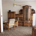Fotografie apartmánu s křesy, pohovkou a skříněmi