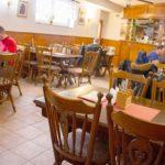Pohled na restauraci židle, stoly a naší hosté při obědě